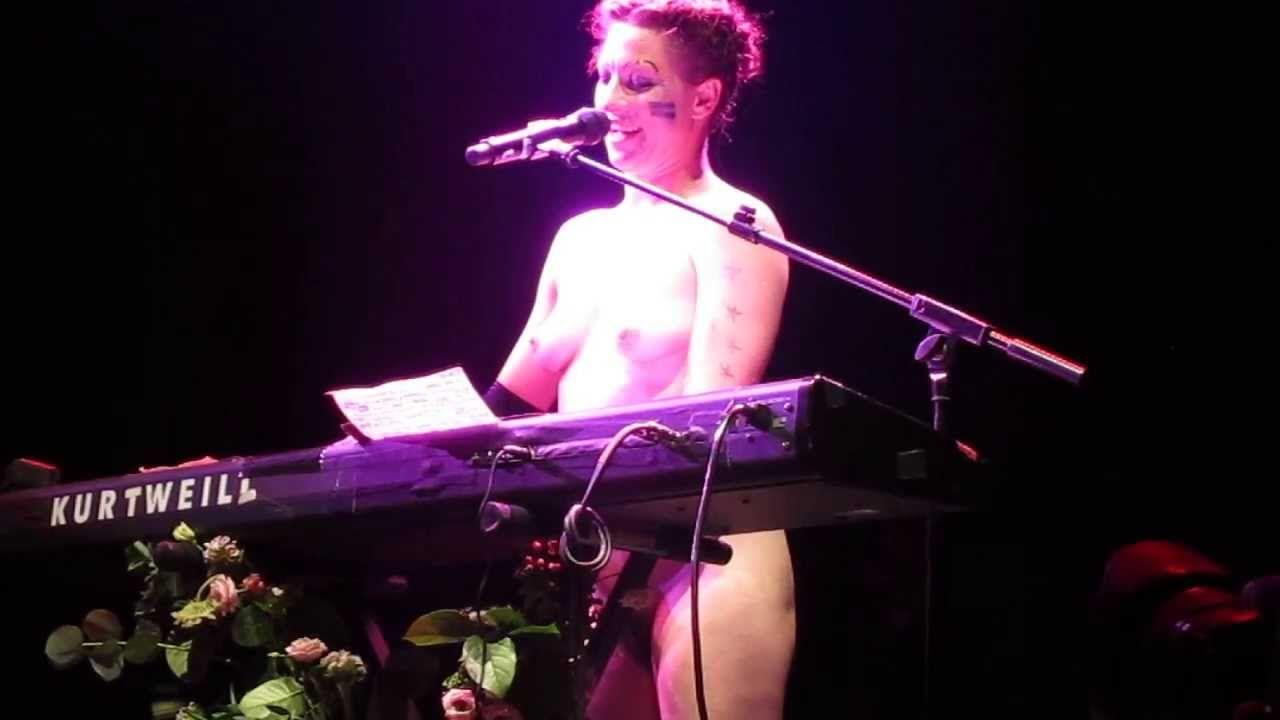 Немецкая Извращенная Певица Обнаженная На Сцене