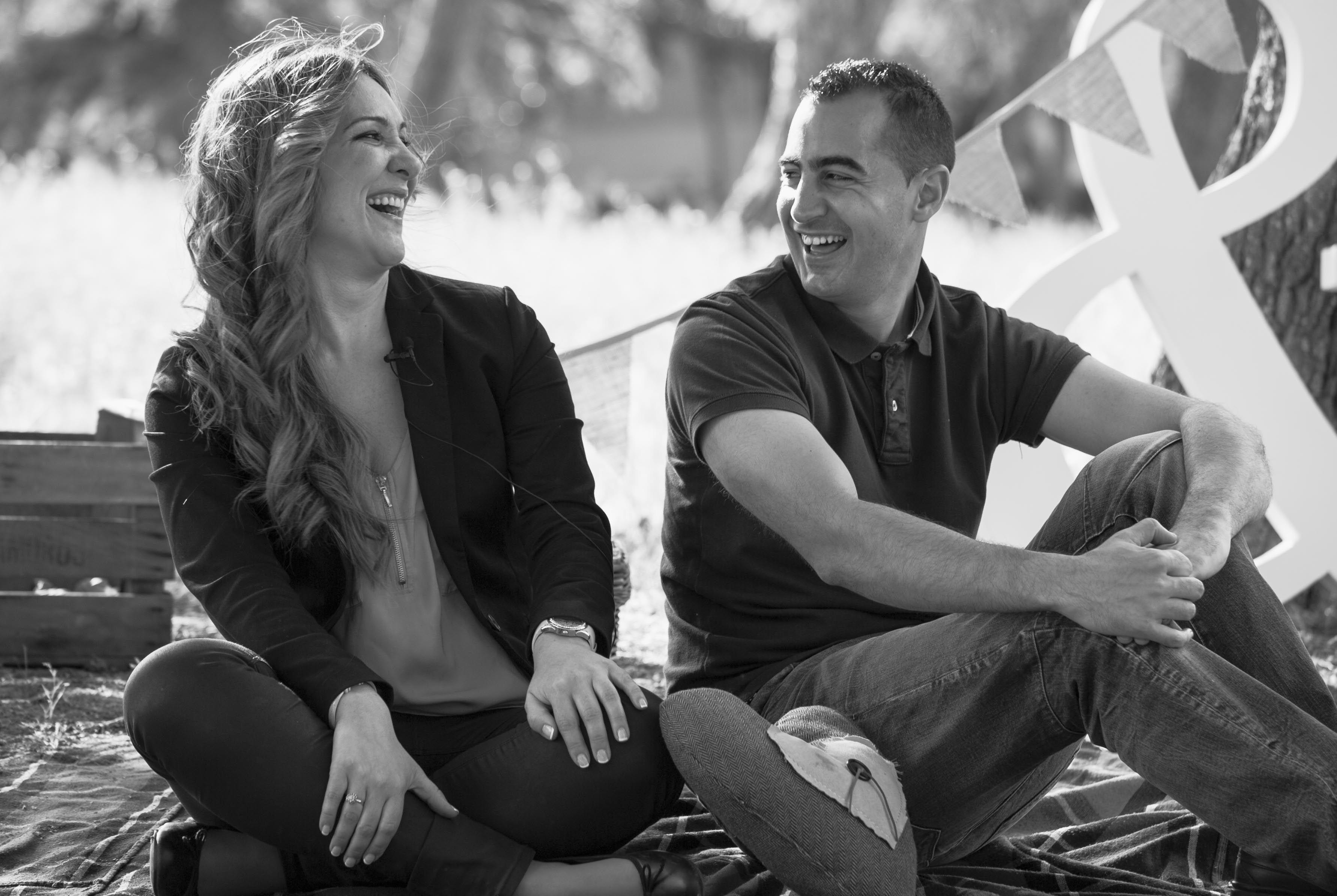 Novios de picnic en su pre boda de Aranjuez