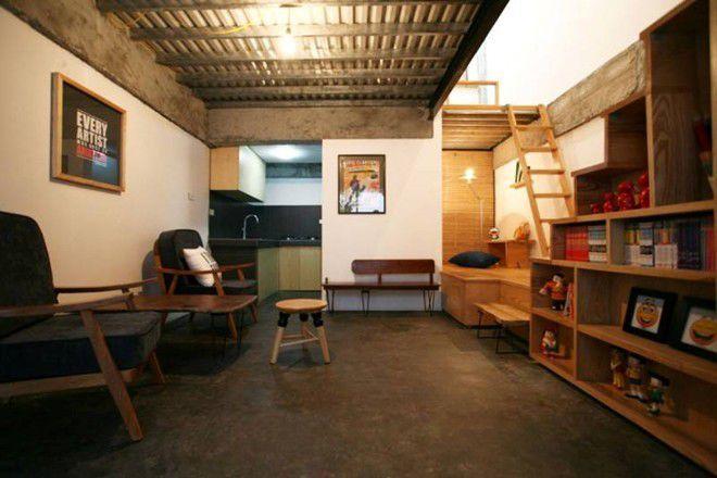 Căn nhà được bố trí nội thất chủ yếu từ gỗ, trang trí đơn giản nhưng vẫn thể hiện được cá tính riêng của chủ căn nhà.