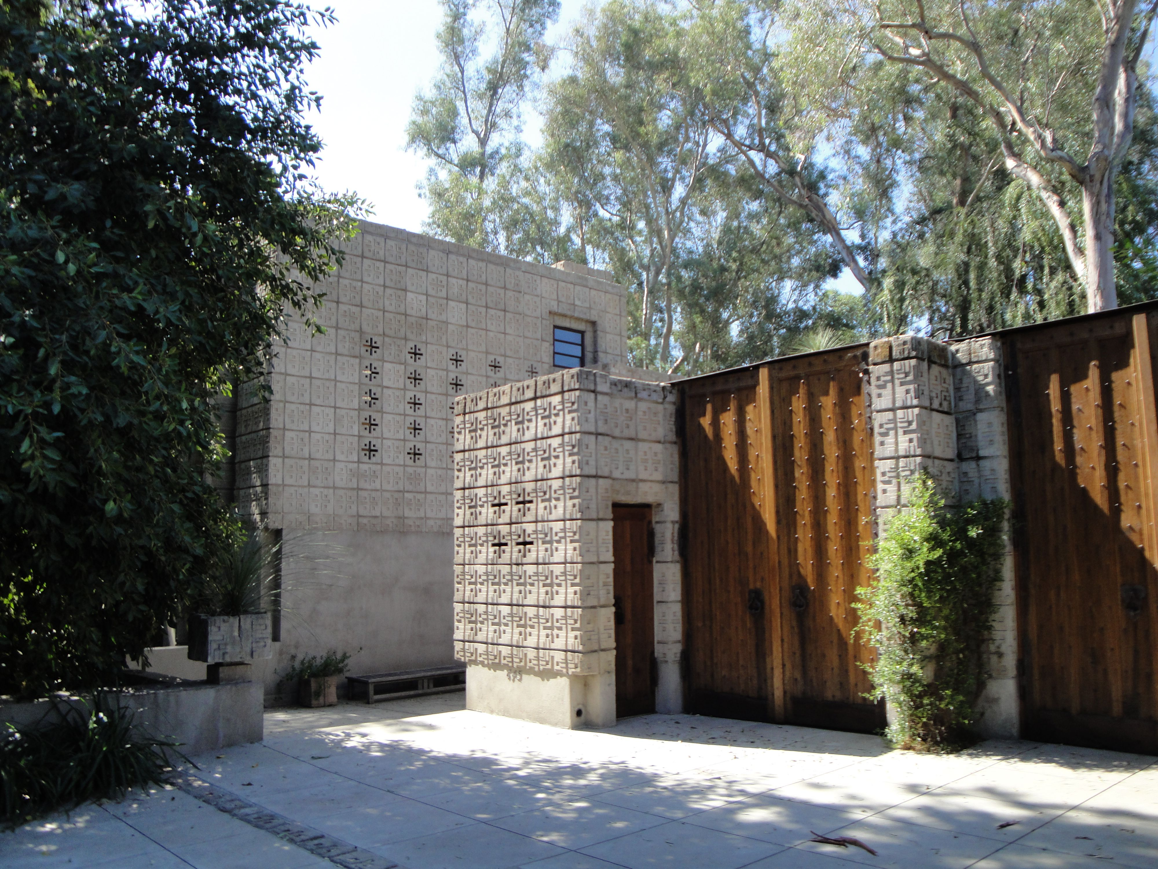 Frank lloyd wright house in pasenda ca have suitcase for Frank lloyd wright houses in california