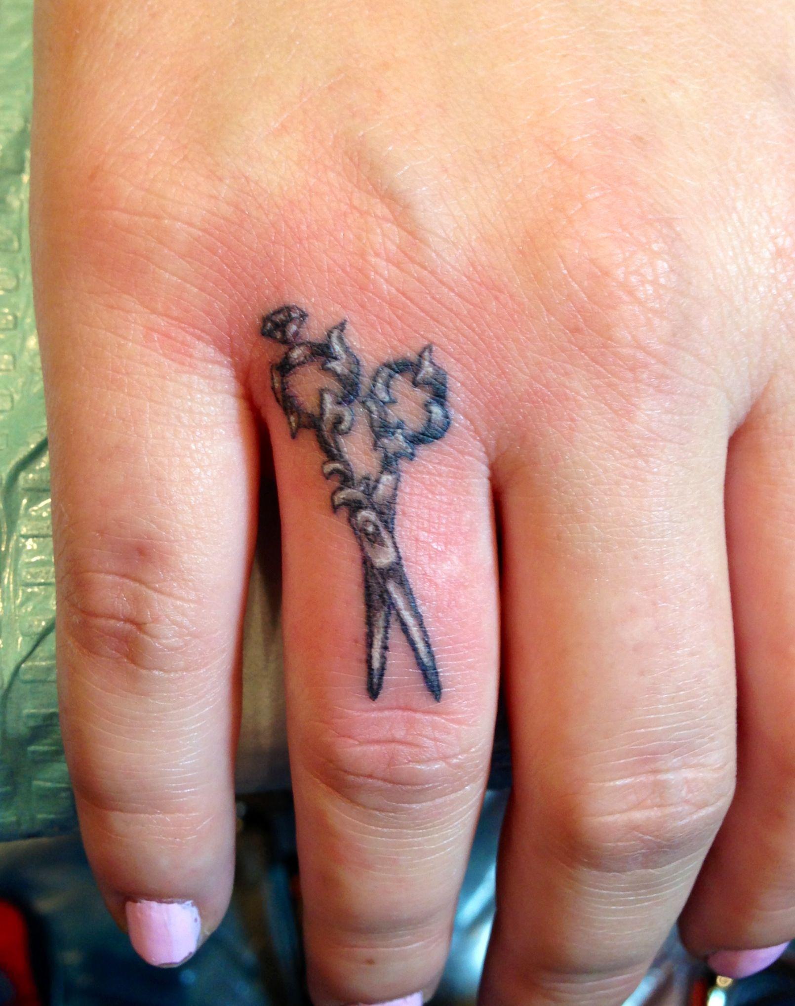 Тату ножницы на пальцах