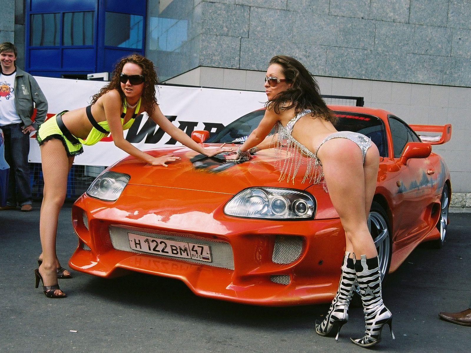 Фото голых девочек возле машин 8 фотография
