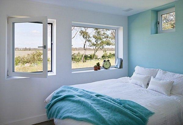Bức tường màu xanh nhạt là điểm nhấn tạo nên sự nhẹ nhàng và thư giãn cho căn phòng.