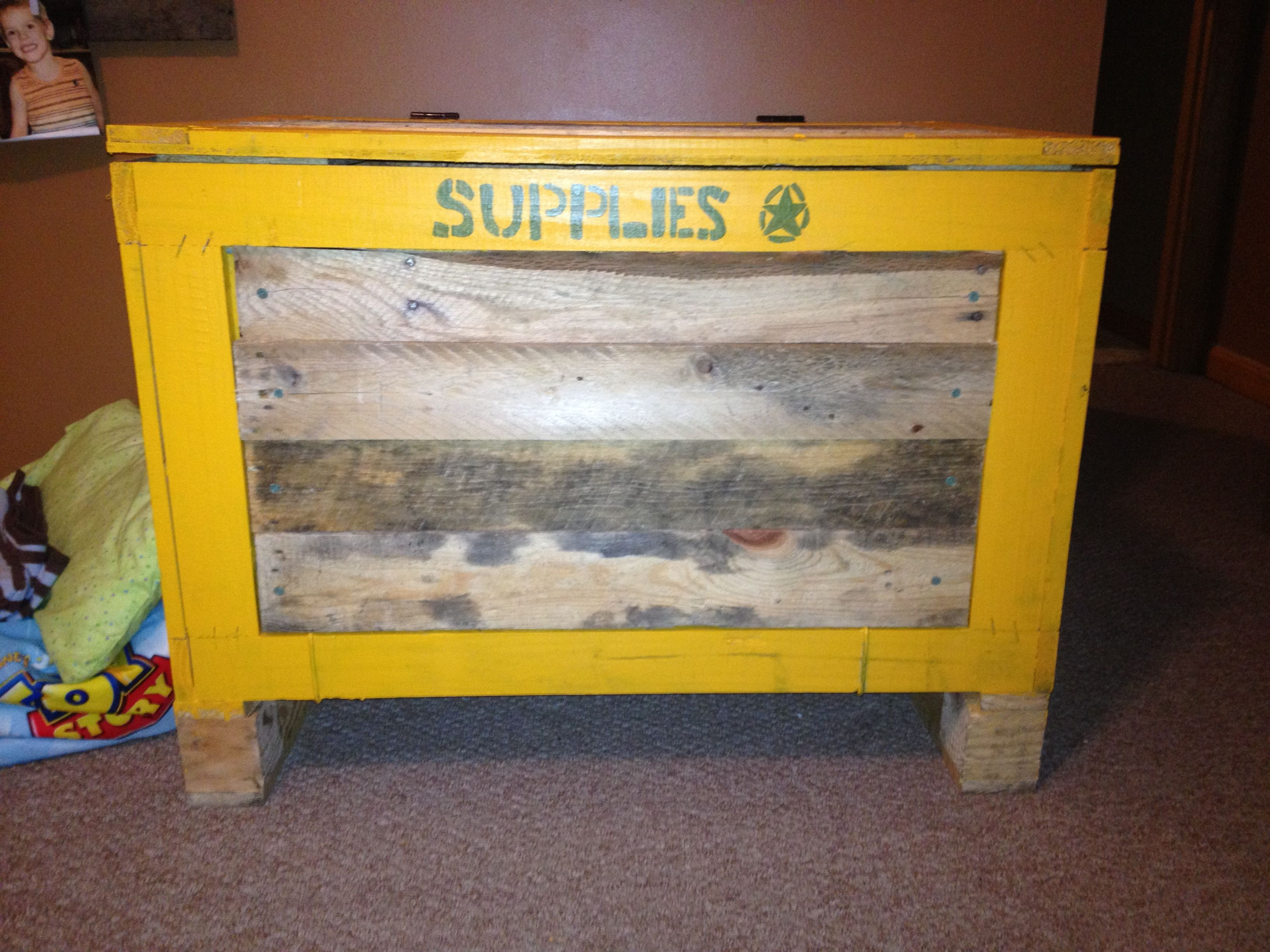 Toy box made out of pallets dream house pinterest for Toy pallets