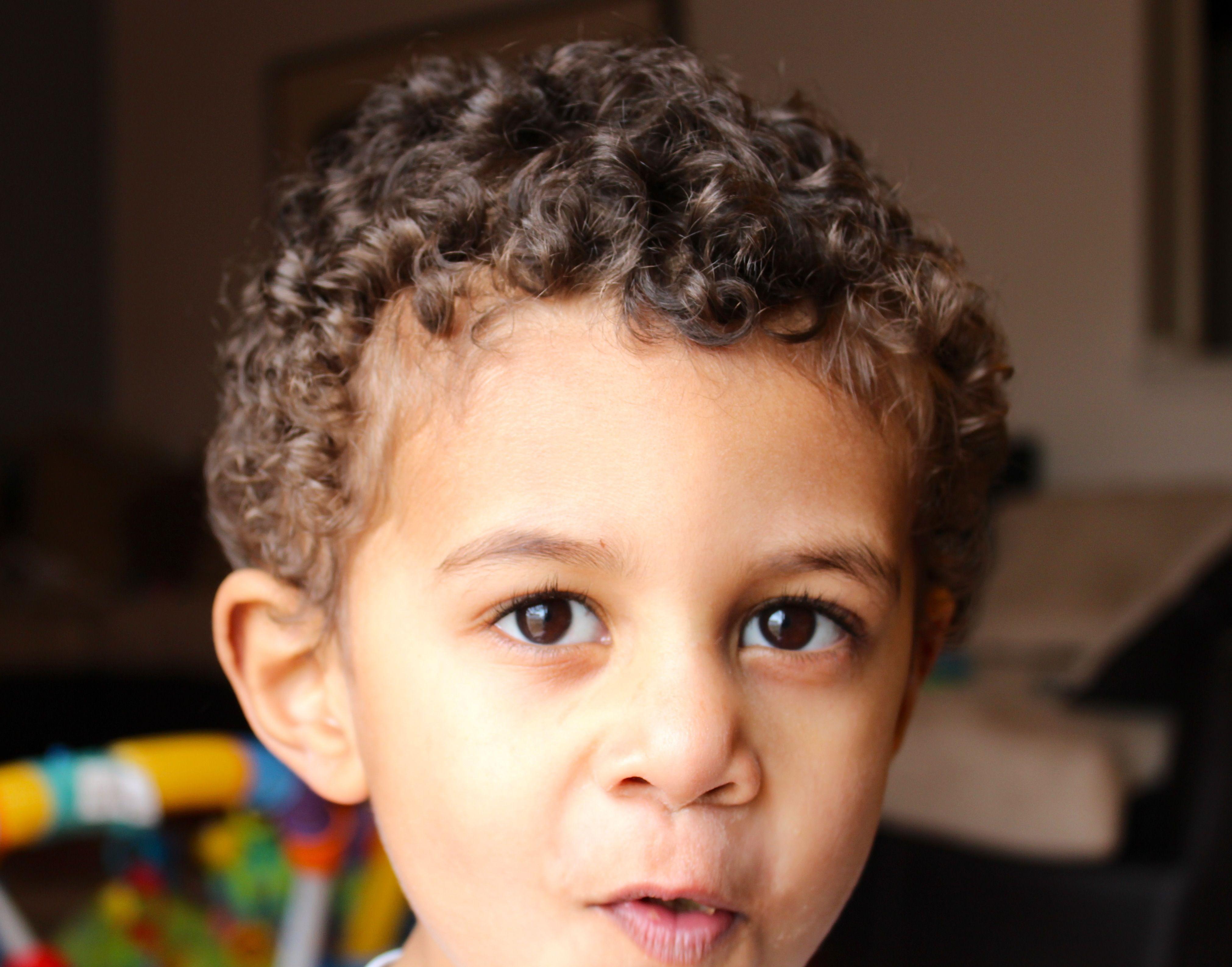 Прически для мальчика с кудрявыми волосами