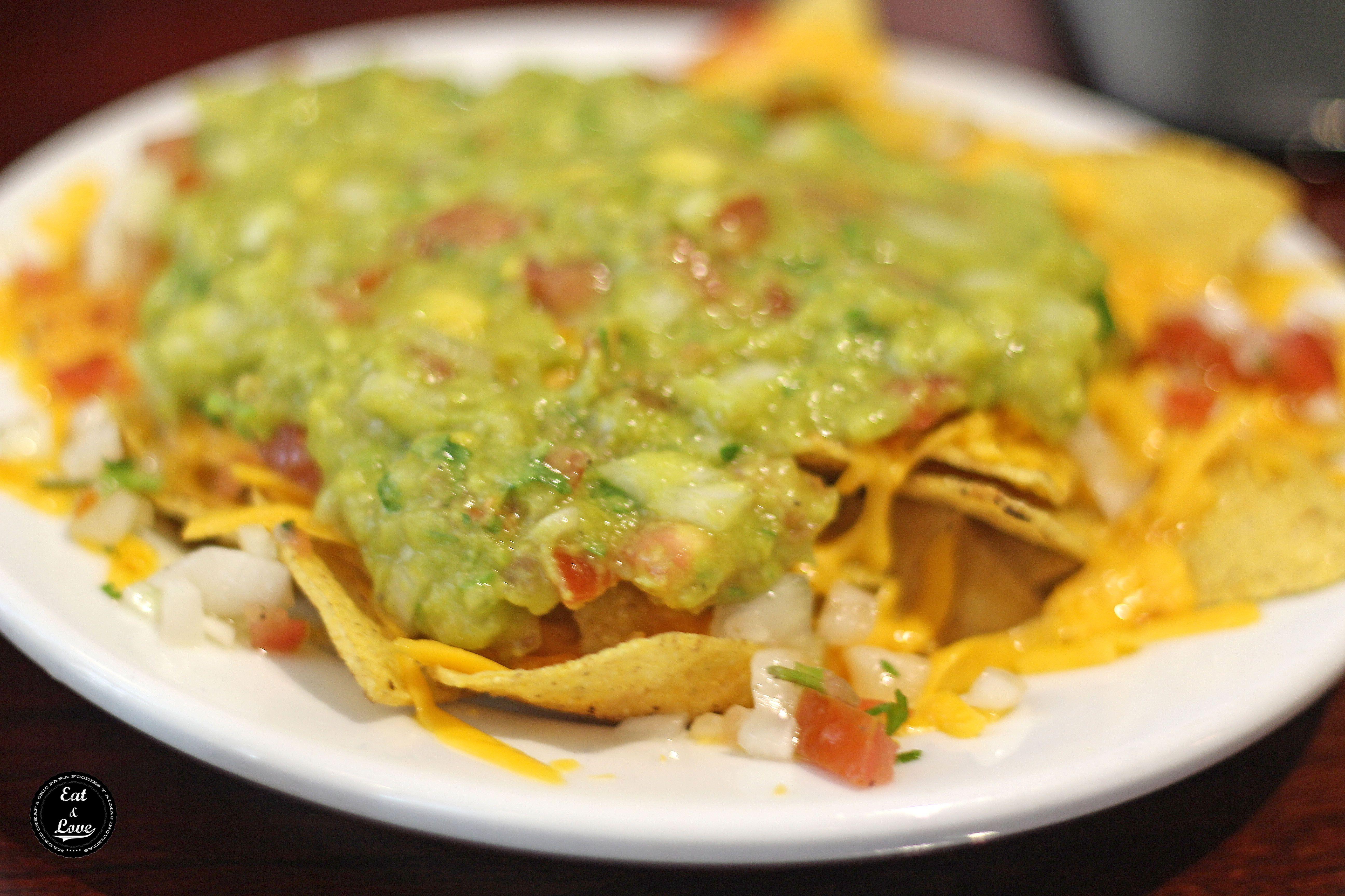 Nachos con guacamole y jalapeños en la hamburguesería Mad Café (La Latina - Madrid)