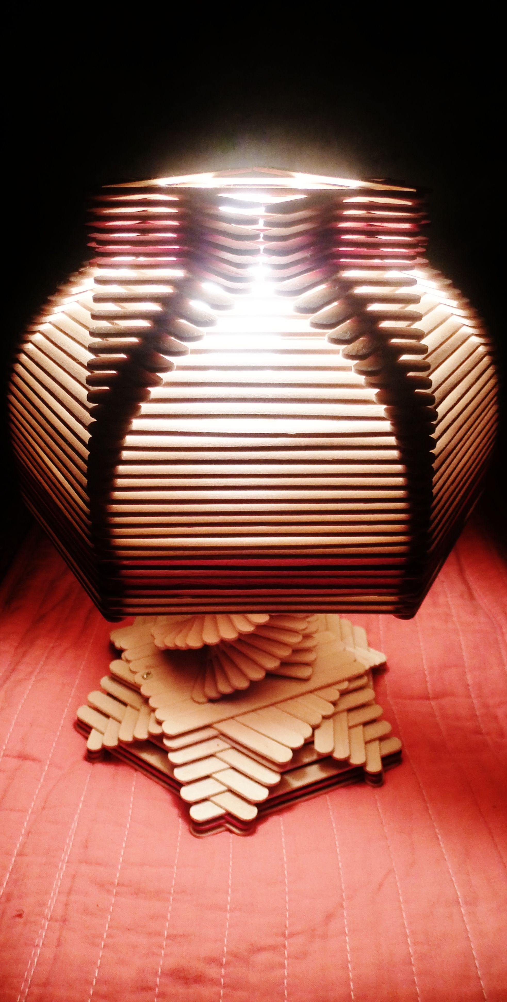 Lámpara hecha con palitos de helados.   luminarias e velas