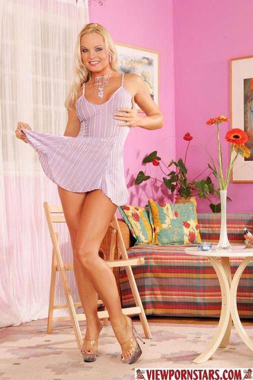 Well-graced MILF Silvia Saint getting naked and teasing her slit № 171518 без смс
