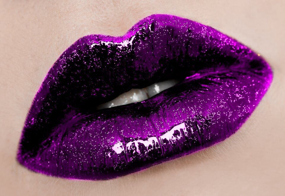 how to use glitter on lips