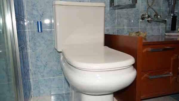 Inodoro con cisterna averiada