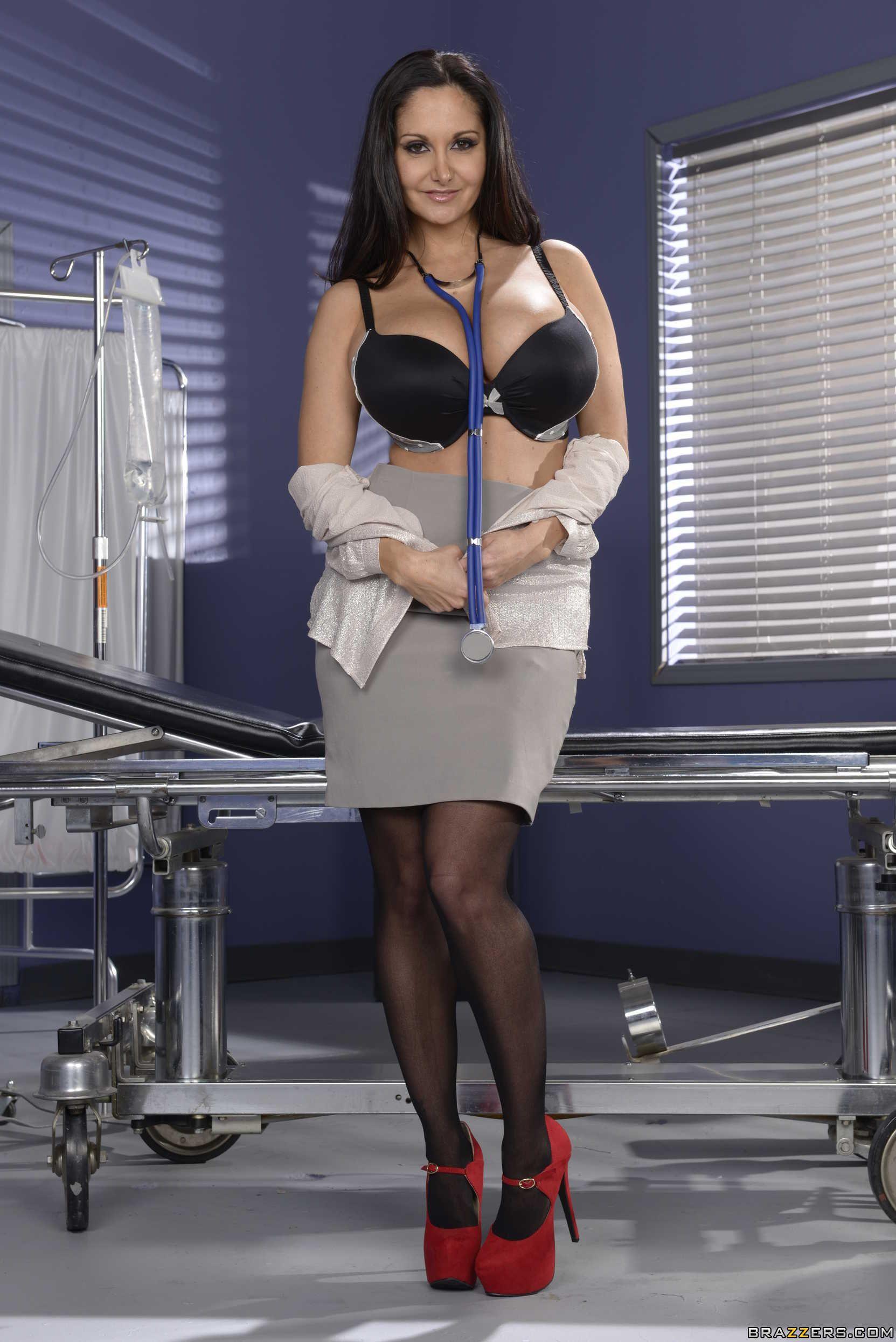 Stocking attired Euro brunette Ava Addams exposing large boobs in office № 372551 без смс