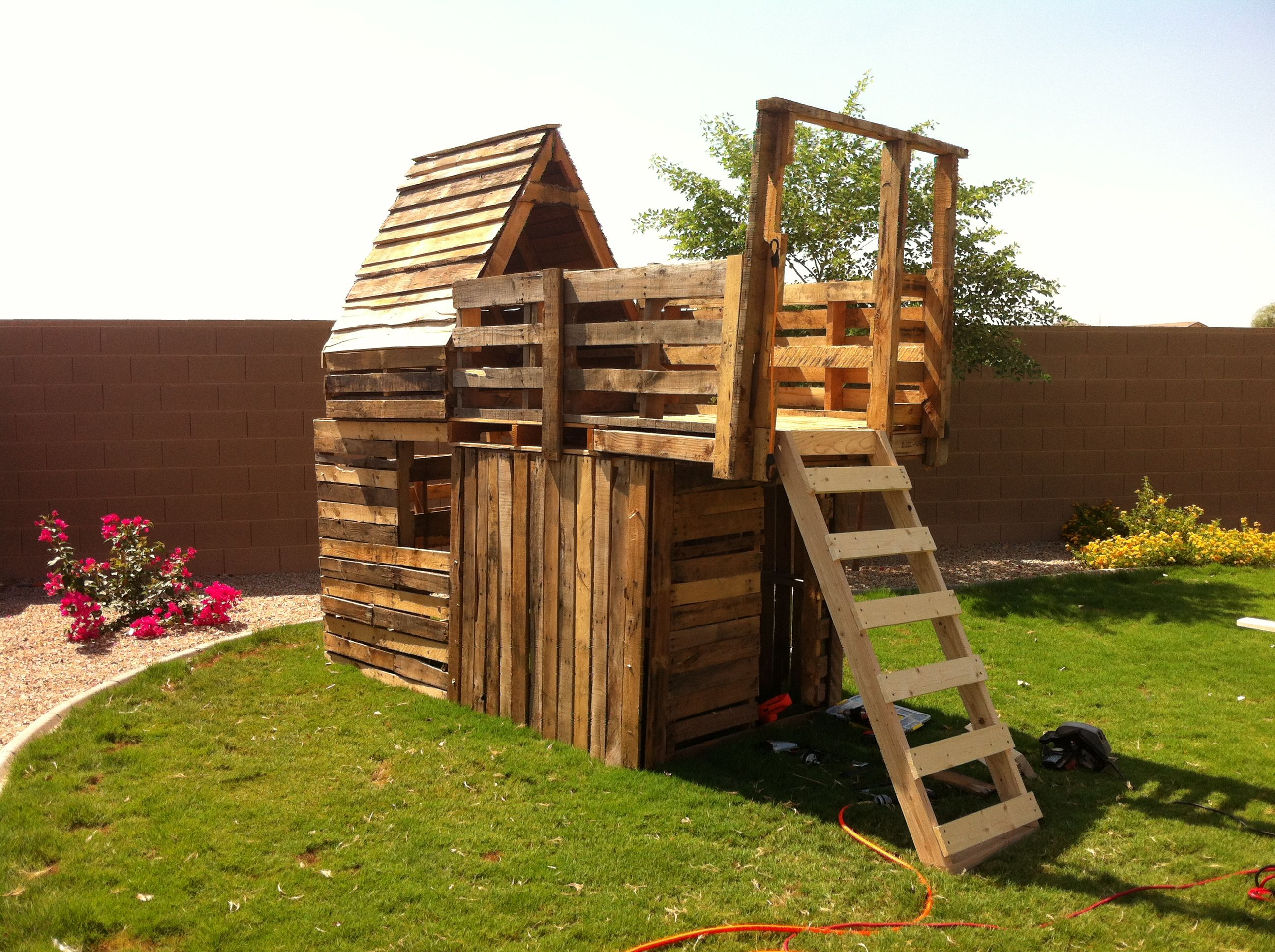 Pallet board fort lulu 39 s kazoos pinterest for How to make a fort out of wood