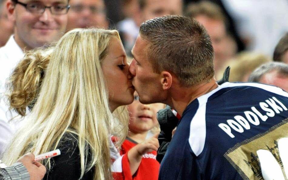 Valentinstag: Lukas Podolski postet zuckersüßes Knutsch-Foto mit ...