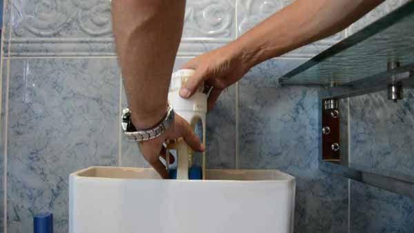 Montaje de valvula de vaciado de cisterna wc
