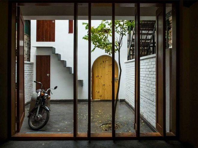 Theo công ty thiết kế, kinh phí để xây ngôi nhà này chỉ khoảng 15.000 USD (hơn 300 triệu đồng), nên các chất liệu cũng được cân nhắc vừa không quá tốn song vẫn đảm bảo đúng ý tưởng xây dựng. Cửa vào nhà được cách điệu theo lối cửa 3 gian của nhà thời xưa.