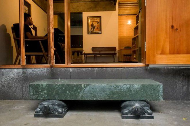 Thiết kế bậc đá xù xì, thô ráp dẫn vào ngôi nhà