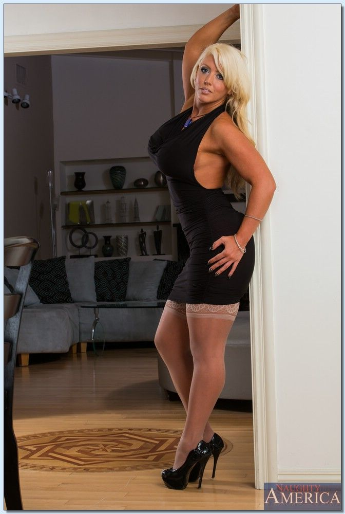 Older MILF Alura Jenson exposes her big boobs and butt wearing stockings № 1233262 бесплатно