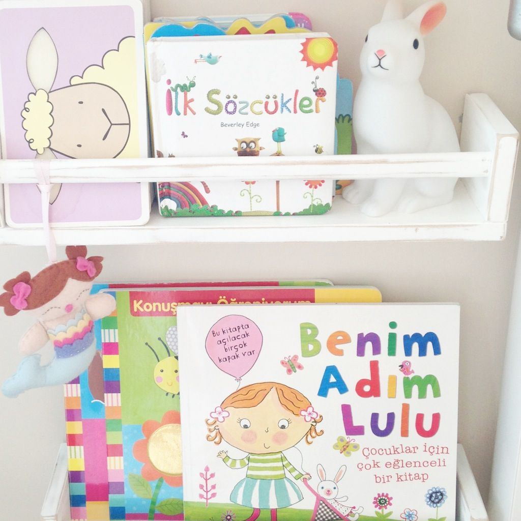 Especiero bekv m de ikea para guardar libros kidsmopolitan for Estanteria pared infantil