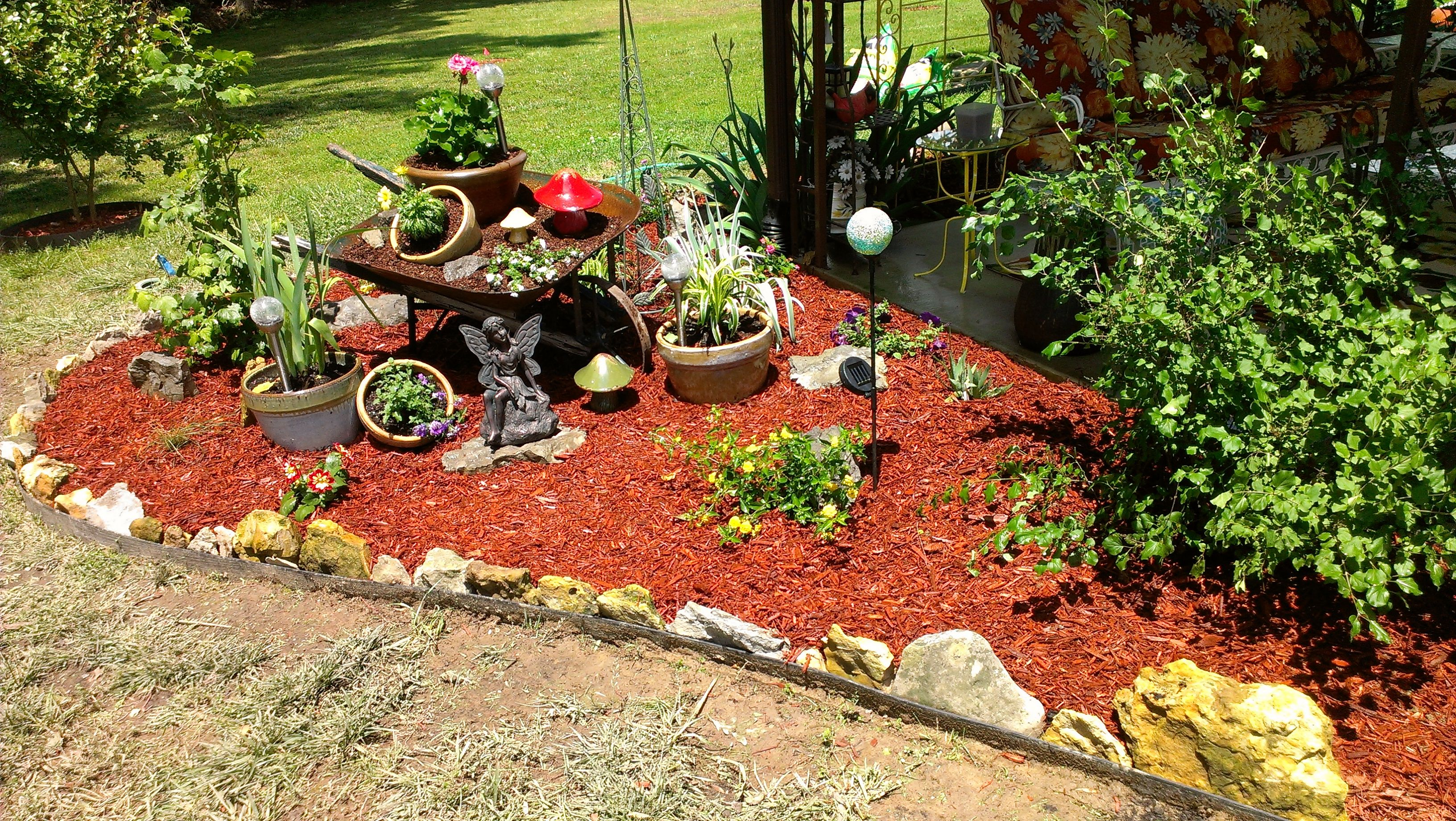 Wheelbarrow garden decoration yard pinterest for Outdoor dekoration
