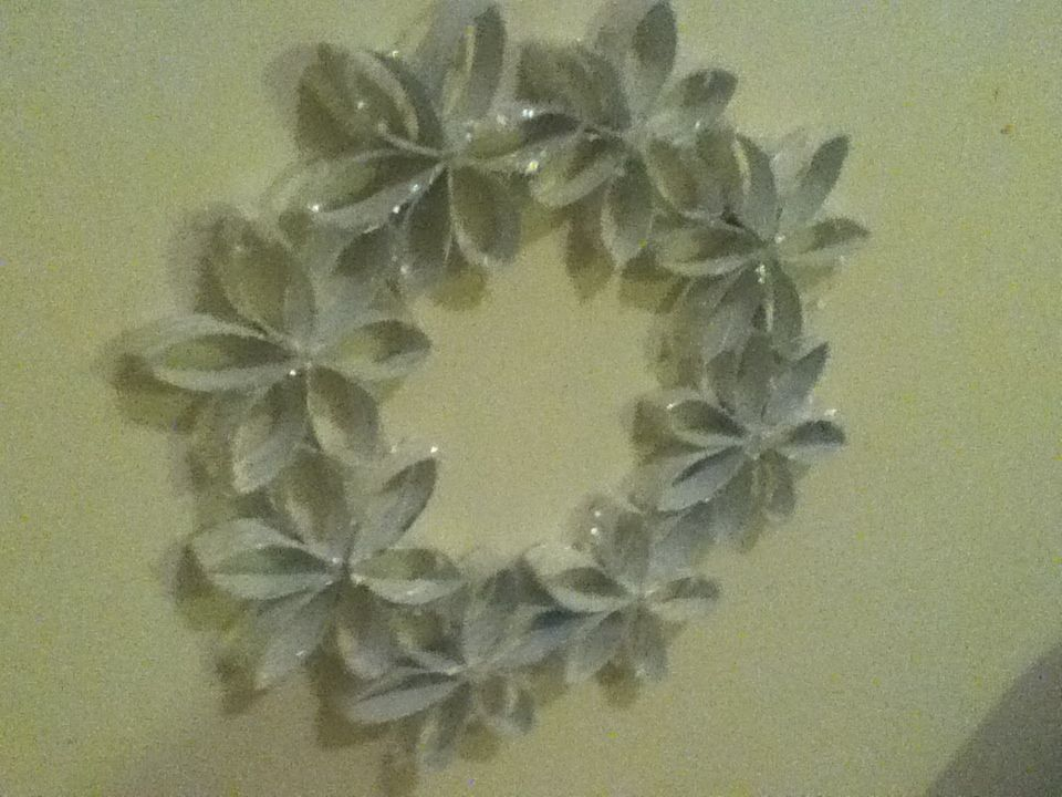 Toilet paper roll snowflake wreath christmas decor for Snowflake out of toilet paper rolls