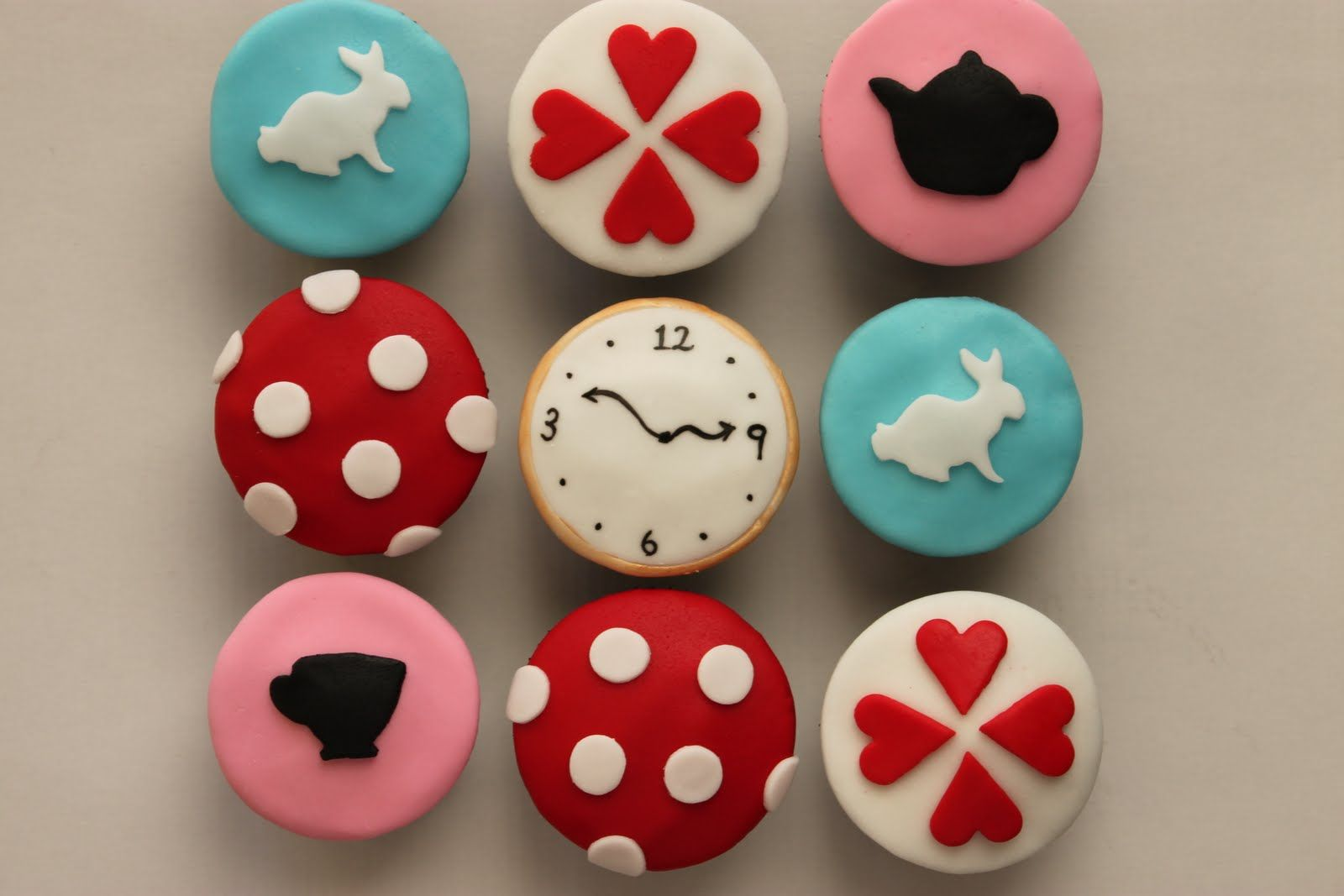CupcakesEasy Alice In Wonderland Cupcakes