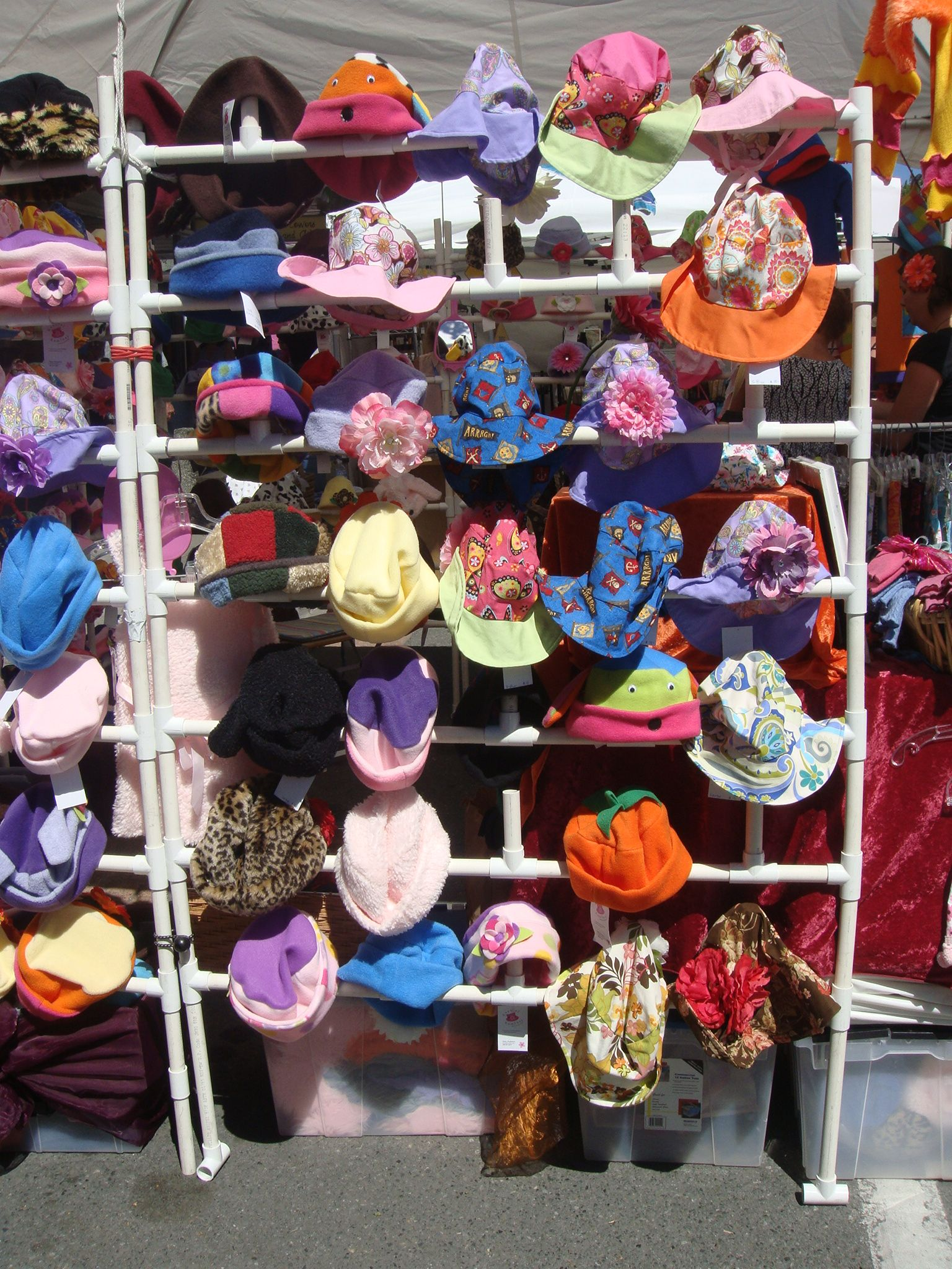 great way to display hats a craft fairs market stall