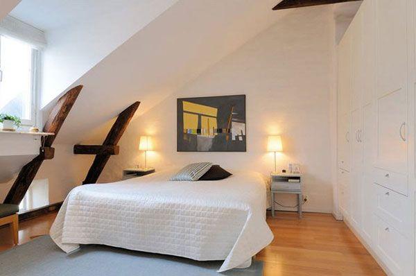 Vách nghiêng ôm trọn giường ngủ kết hợp tủ âm tường