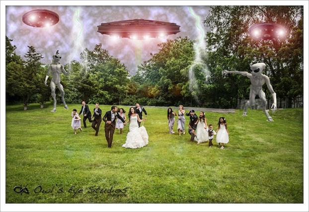 Novios escapando de Aliens