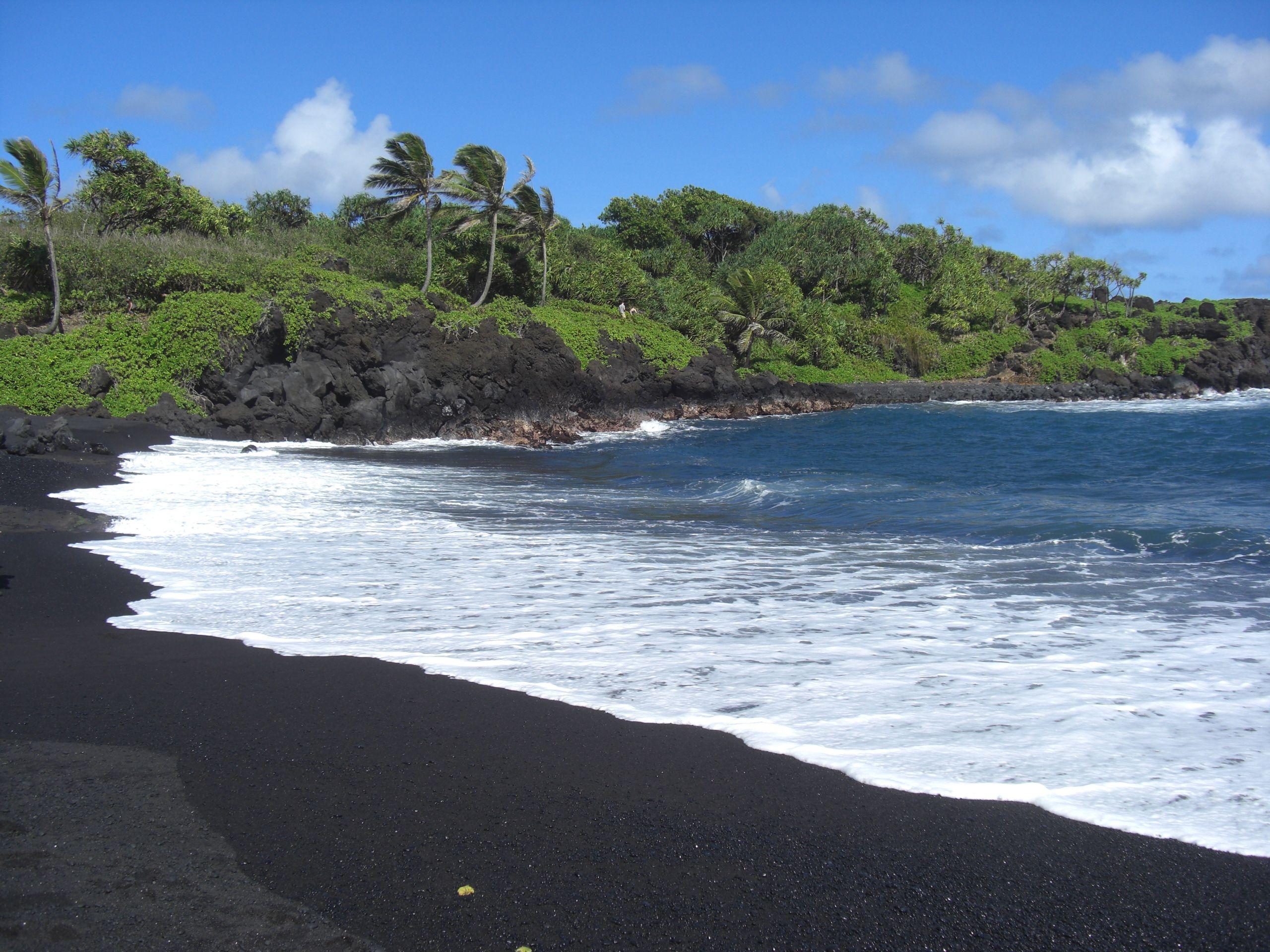 Пляж с черным песком на бали фото