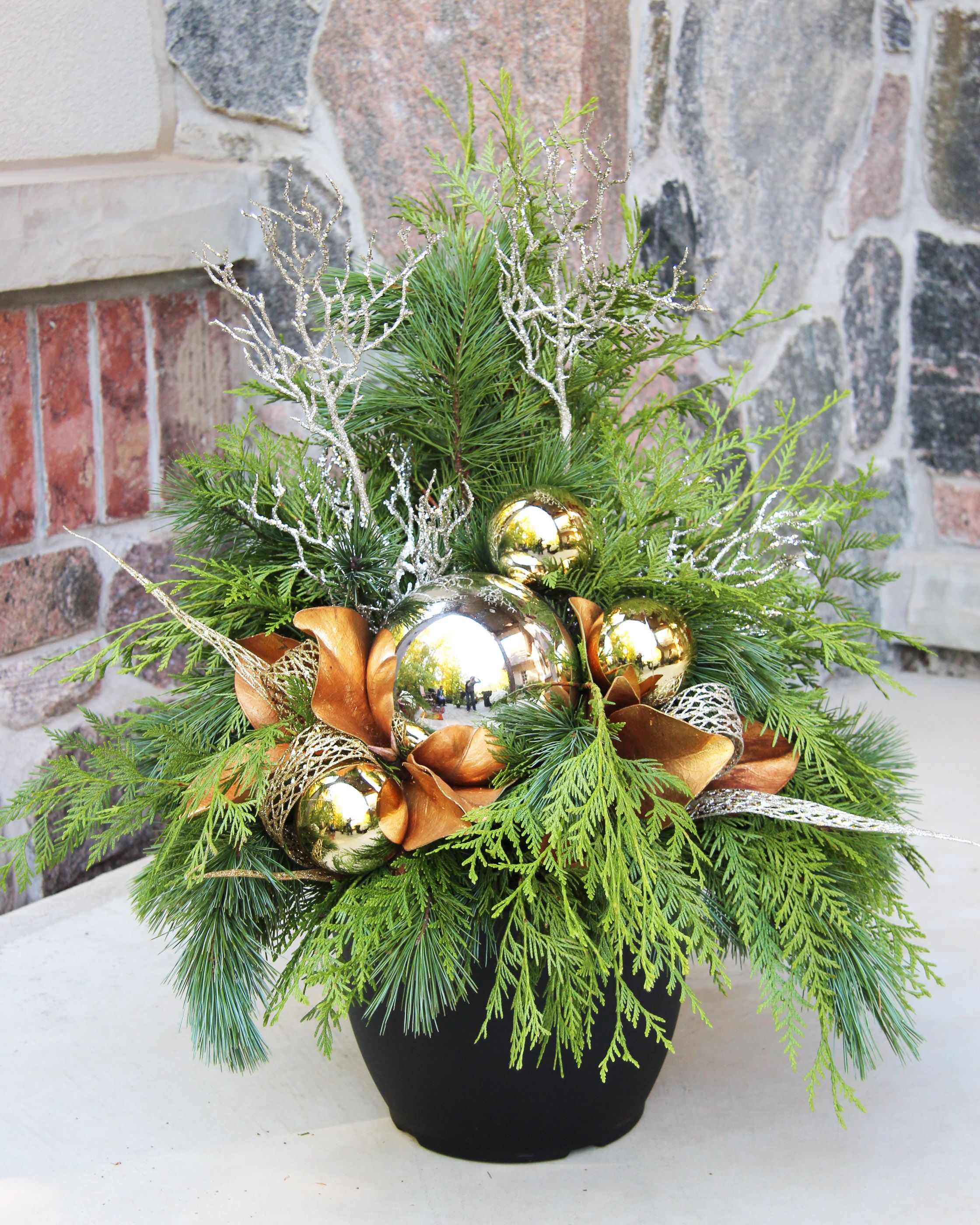 Outdoor christmas planter flower arangements pinterest - Decorations de noel exterieur ...