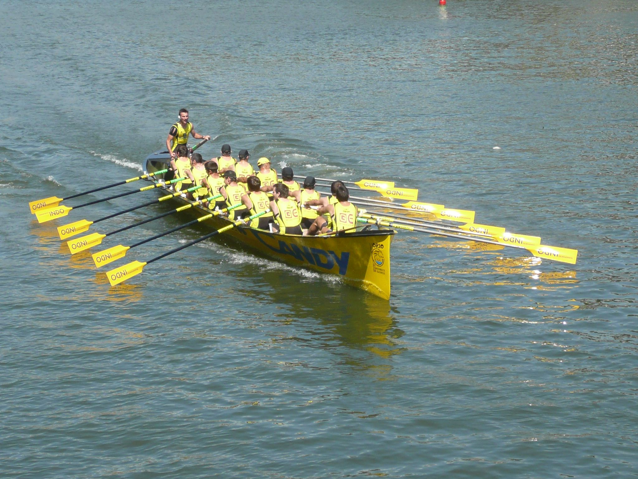 Small fishing boat race basque country pinterest for Small fishing boats