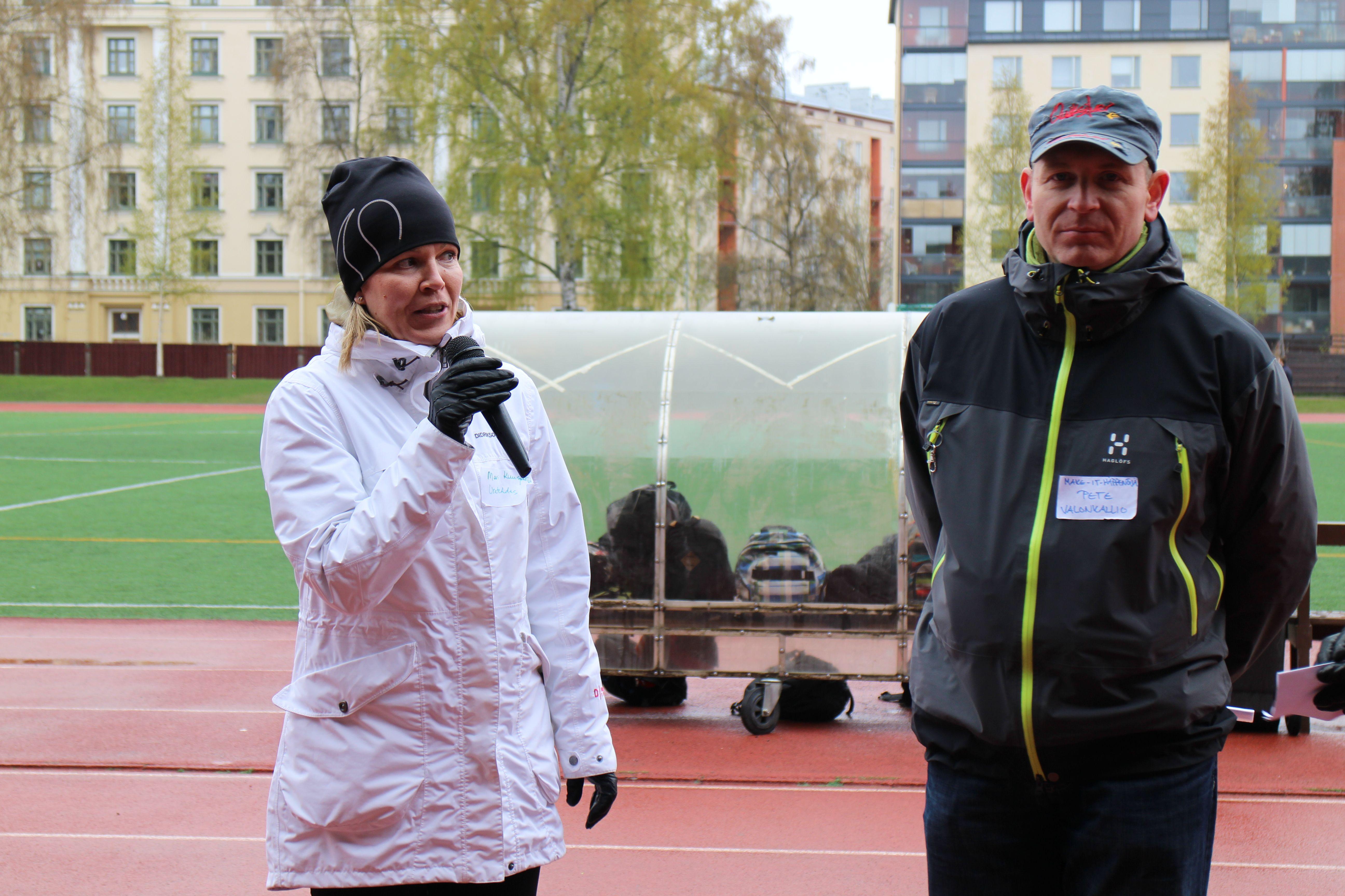 Mari Kuusjärvi ja Petteri Valonkallio juontamassa tapahtumaa