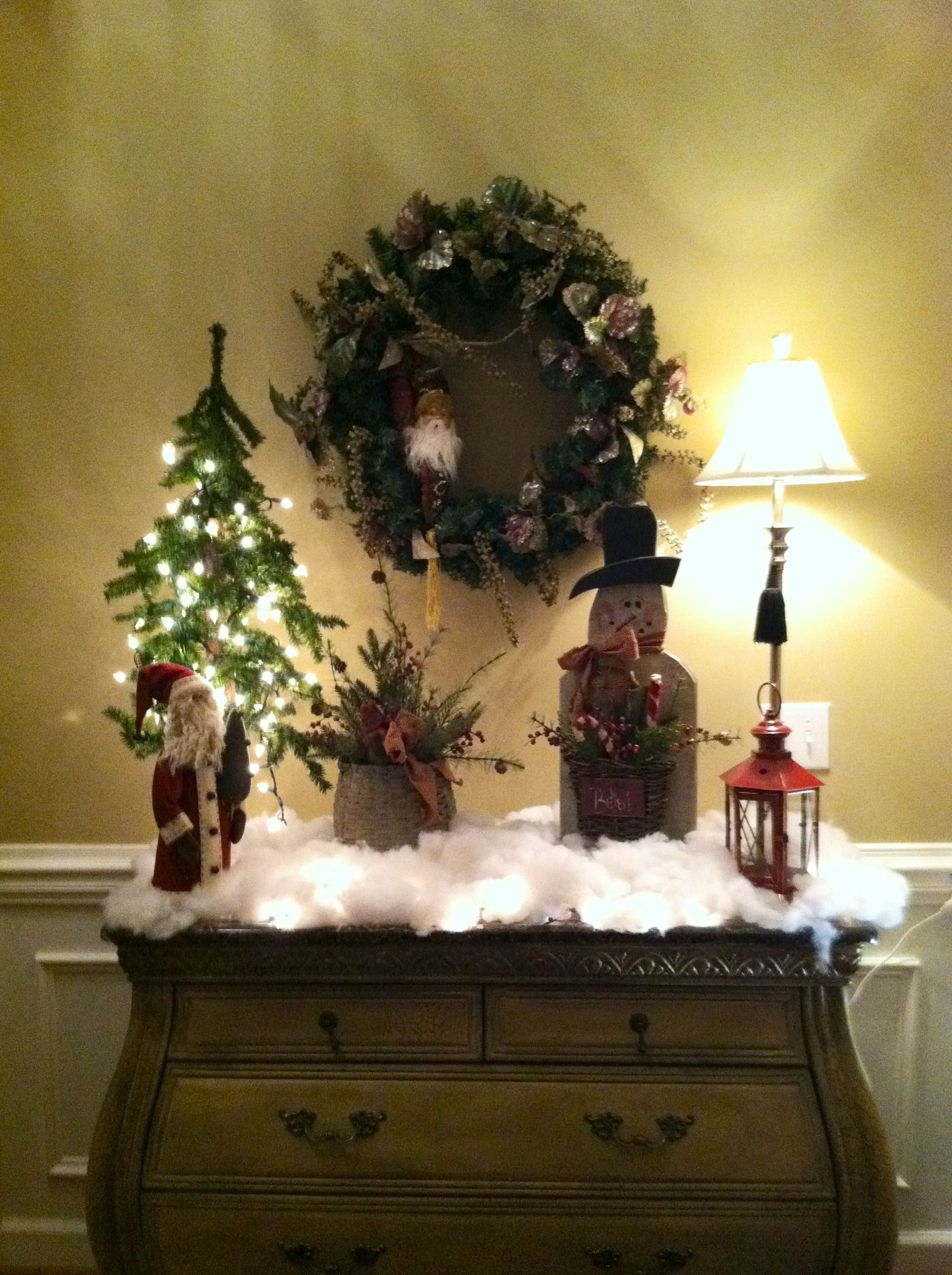 Entryway christmas decor holidays decorating for the for Foyer christmas decorating ideas