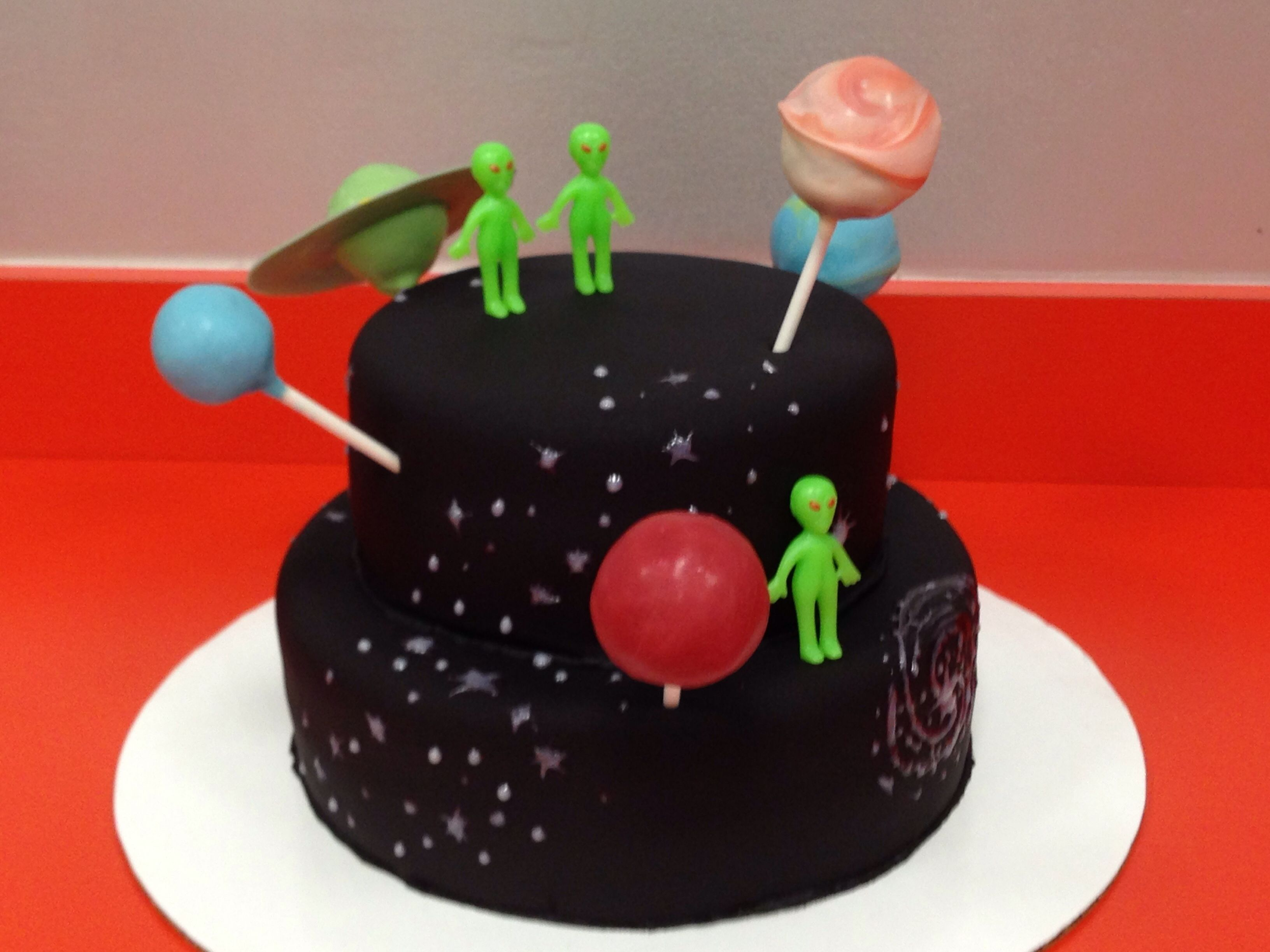 Outer space cake with planet cake pops cake decorating for Outer space cake design