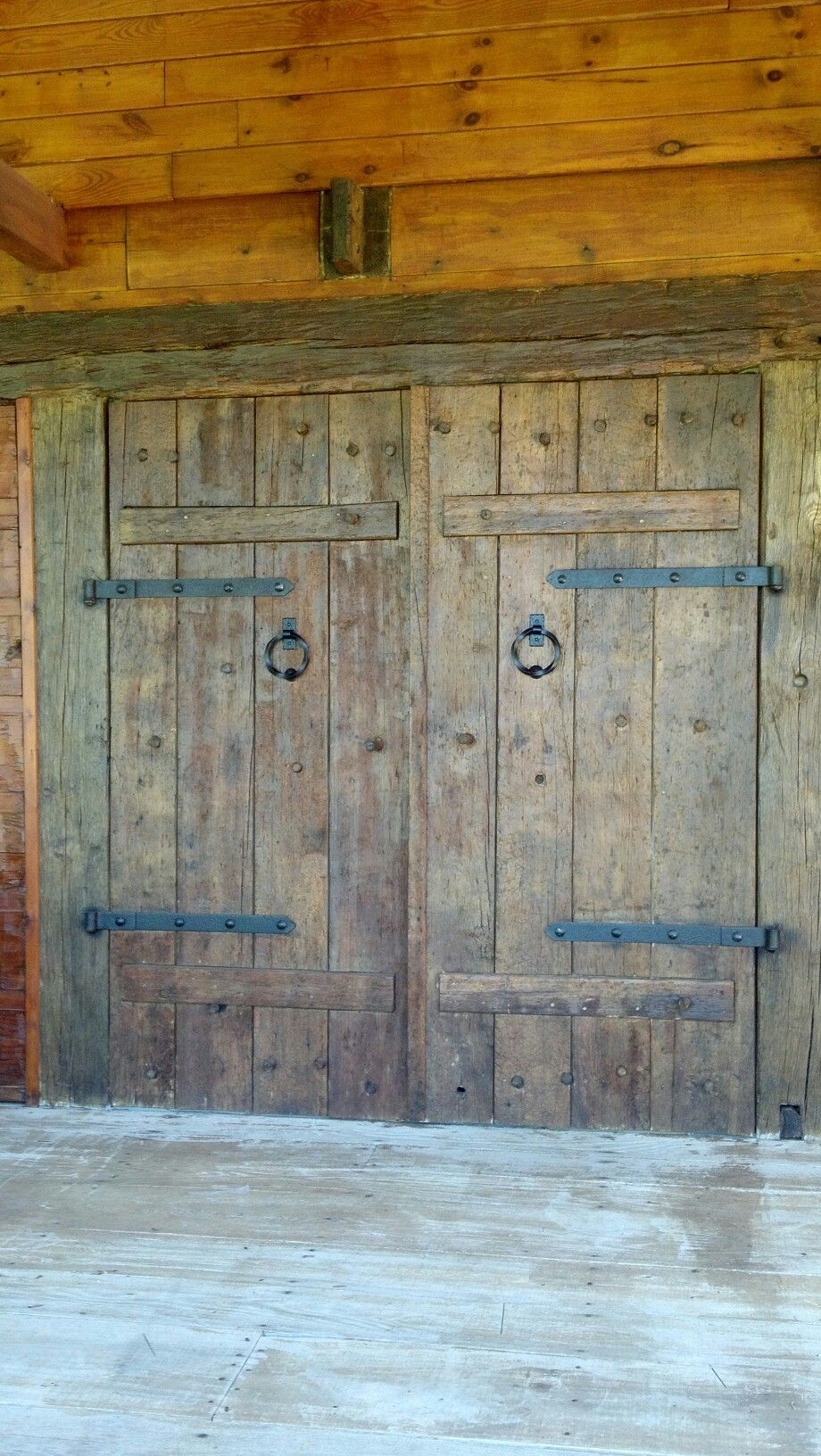 Rustic barn doors on log house in love with log homes for Barn door in house