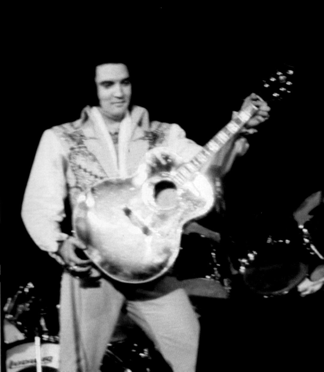 ELVIS ON STAGE IN 1976...