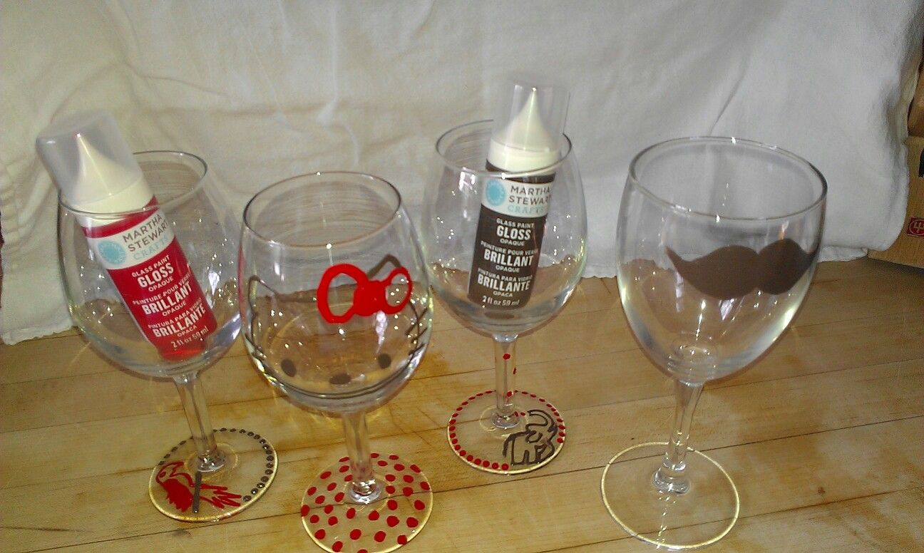 Painted wine glasses christmas crafts pinterest for Christmas painted wine glasses pinterest
