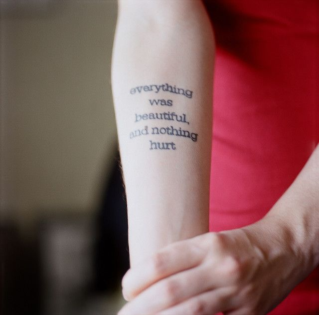 Татуировка на руке со своими словами