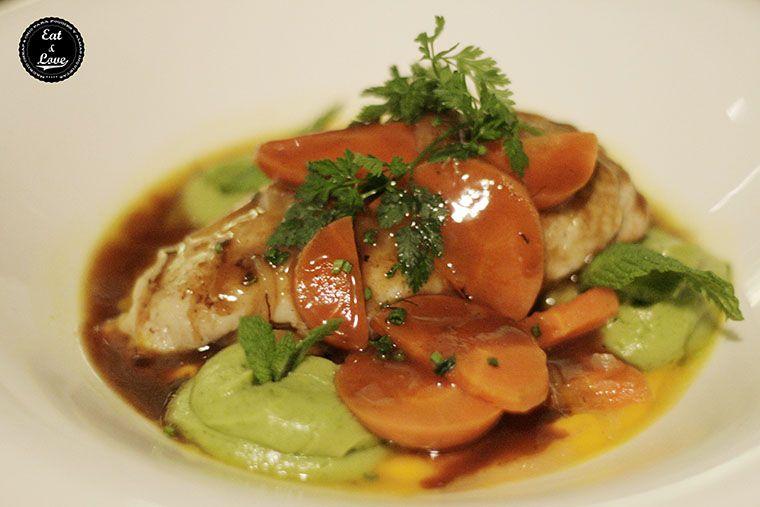 Pollo de corral escabechado con cremoso de aguacate y zanahoria en Charlie Champagne restaurante neotaberna Madrid