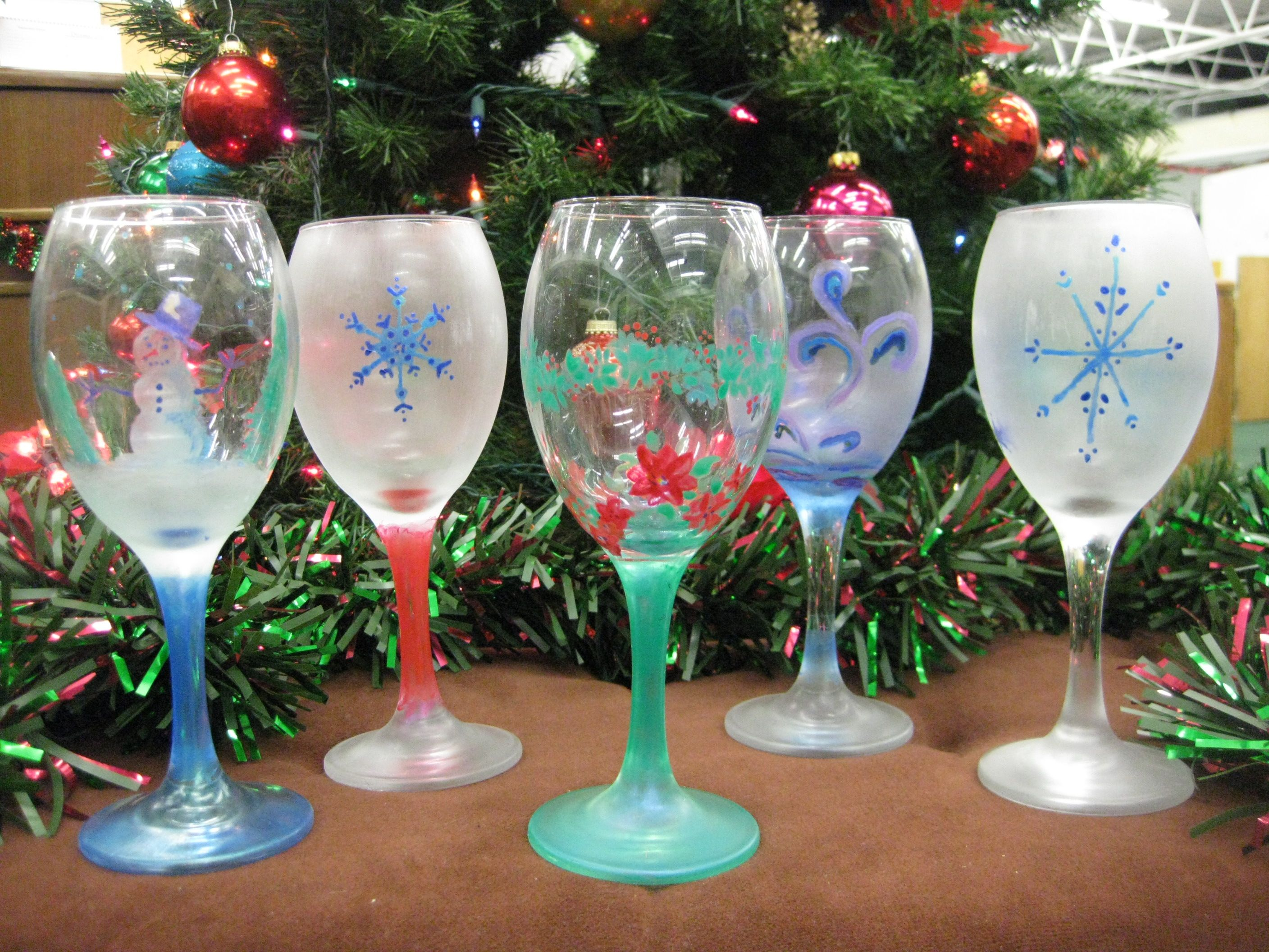 Holiday wine glass painting painted wine glasses for Christmas painted wine glasses pinterest
