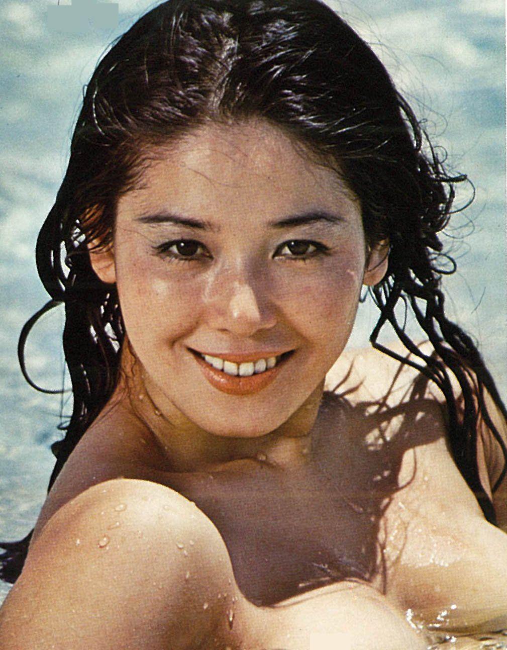プールの中で微笑んでいる濡れ髪のひし美ゆり子の画像