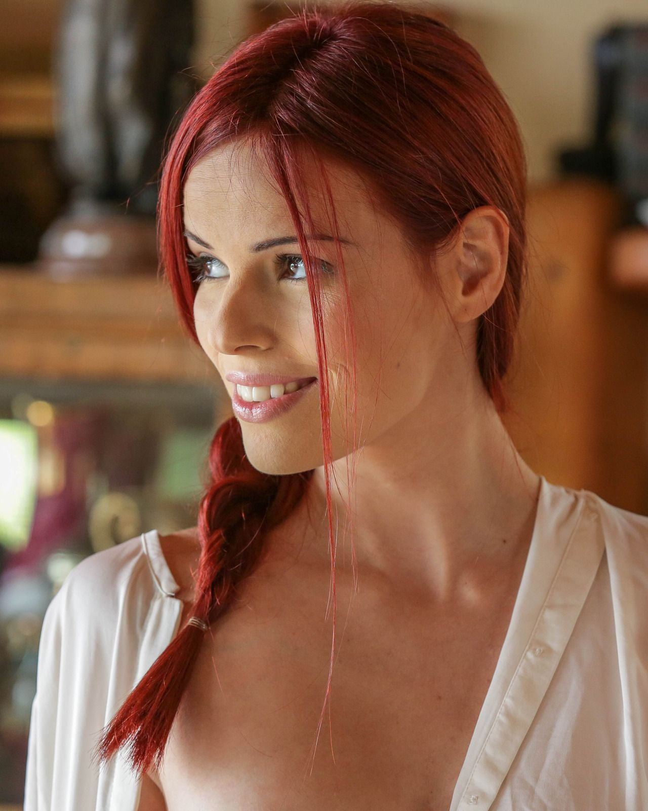 Рыжая бестия Susana Melo берет в рот шляпу и водит своими губками облизывая её