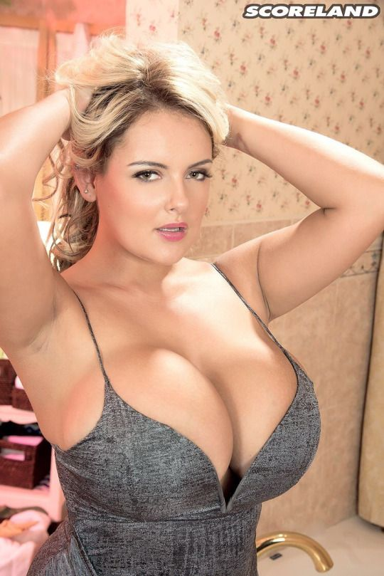 Buxom blonde bombshell Katie Thorton flashing her huge hooters № 60093 загрузить