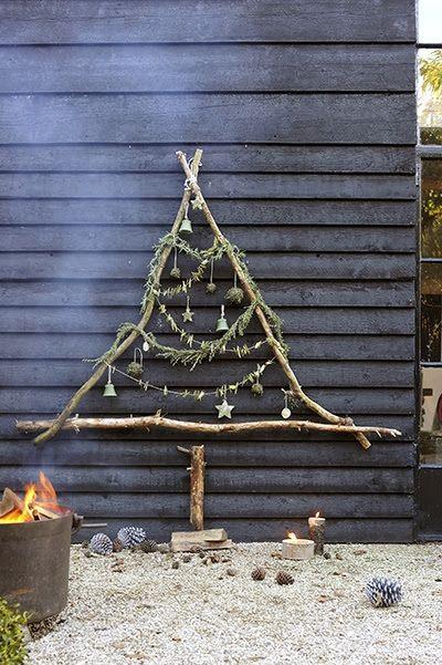 Một cây thông đơn giản như thế này góp phần làm sinh động thêm không khí Giáng sinh ngay từ ngoài ngôi nhà của bạn.