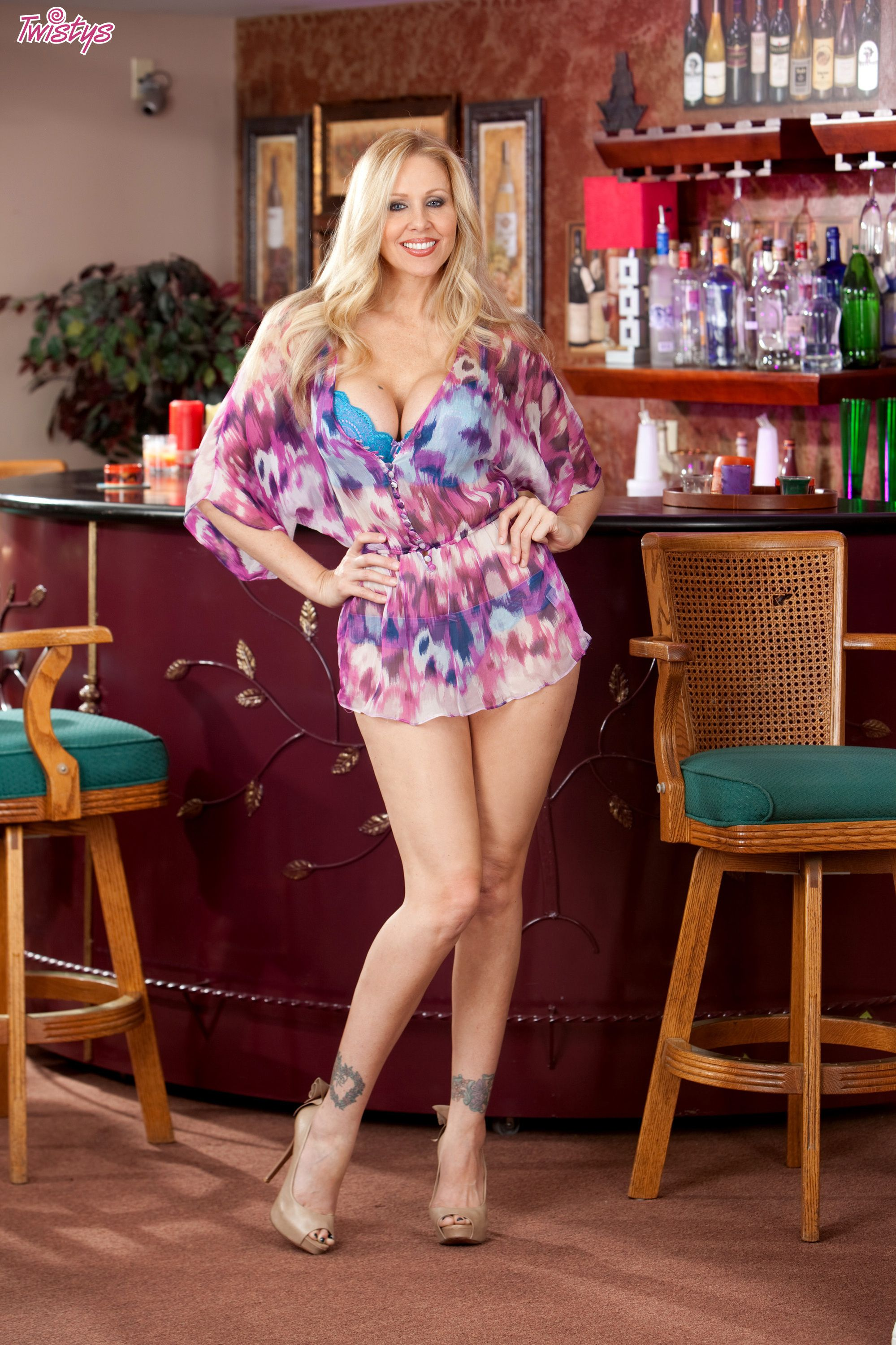 Leggy older blonde babe Julia Ann unleashing big tits from lingerie № 1392307 без смс