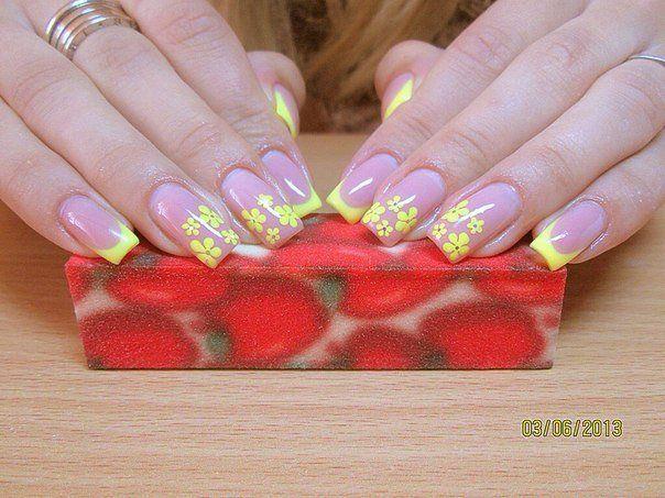 Желтые цветы на ногтях