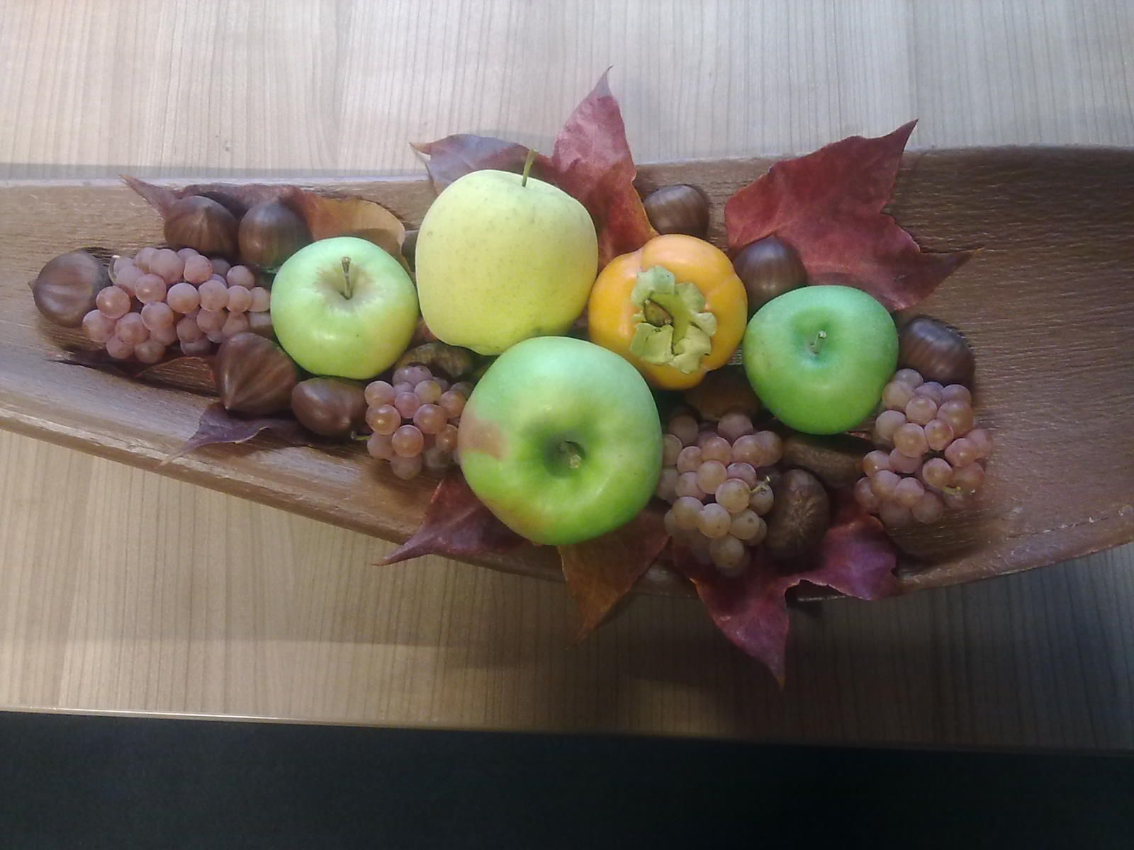 Autumn fruit: grapes & small apples | table decoration & more | Pinte...