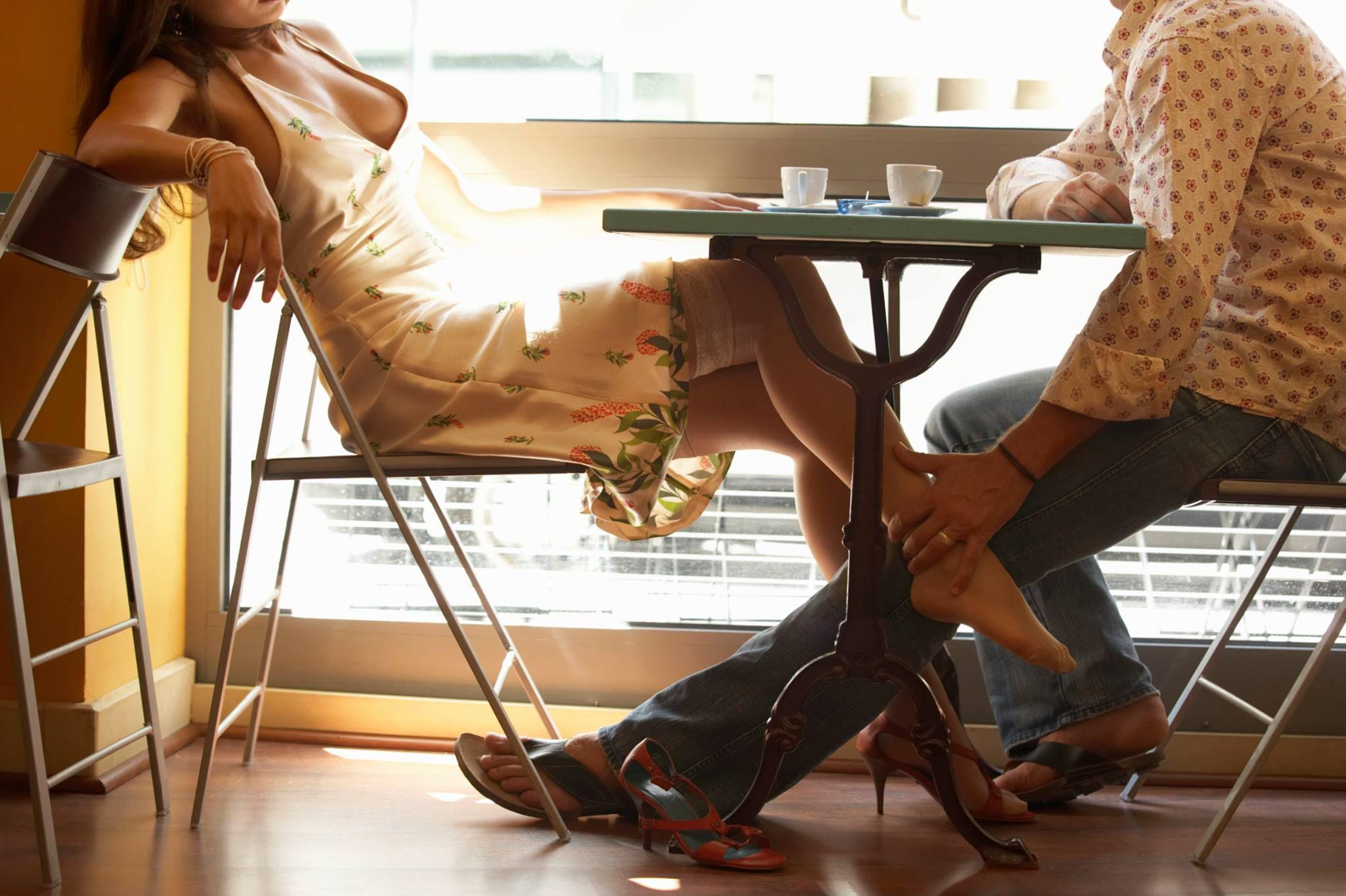 Трогает под столом 2 фотография