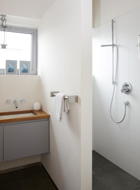Shower under pitched roof home pinterest - Model badkamer betegeld ...