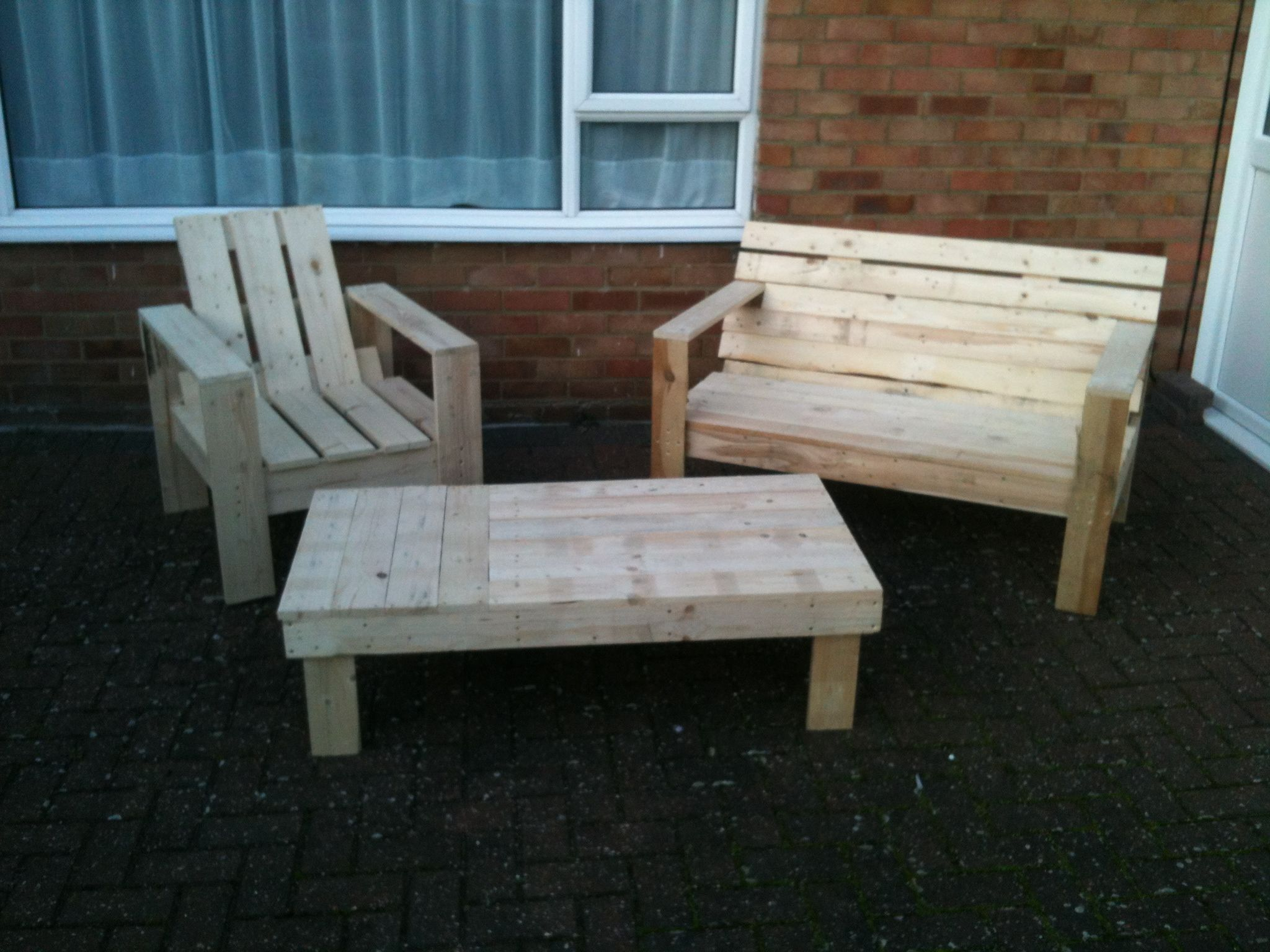 pallet patio furniture table chairs  Lets get rich and buy everybody ...